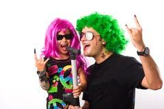 摇滚明星父亲和女孩唱歌 免版税图库摄影