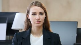 摇头由妇女拒绝,不在办公室 股票视频