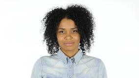 摇头由黑人妇女,是对白色背景达成协议 股票视频