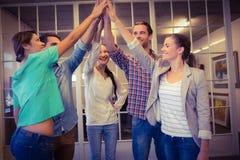 摇他们的手的创造性的企业队 库存照片