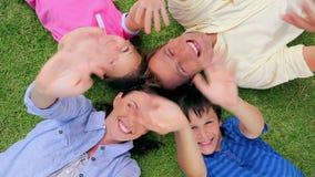 摇他们的手的愉快的家庭,当说谎时 股票录像