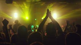 摇他们的手的爱好者 在摇滚乐音乐会的掌声在夜总会 3840x2160 影视素材