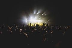 摇滚乐音乐会展示看法在大音乐厅,有人群和阶段光的,有场面的一个拥挤音乐厅点燃,岩石展示pe 库存图片