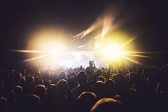 摇滚乐音乐会展示看法在大音乐厅,有人群和阶段光的,有场面的一个拥挤音乐厅点燃,岩石展示pe 免版税库存照片
