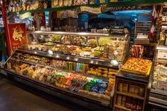 摊位在格兰维尔海岛公开市场上在温哥华 库存图片