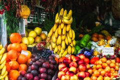 摊位在水果市场上在意大利 库存照片