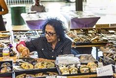 摊位在迪凯特街上的法国市场上在新奥尔良 免版税图库摄影