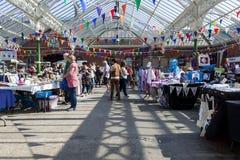 摊位持有人和顾客在Tynemouth市场上 库存图片