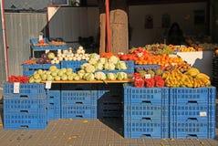 摊位用水果和蔬菜室外在布拉索夫,斯洛伐克 免版税库存图片