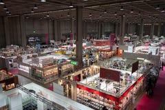 摊和人顶视图Chibimart的2013年在米兰,意大利 免版税图库摄影