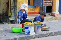 摊贩在会安市古镇,越南联合国科教文组织世界遗产名录 库存照片