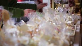 摊贩开始纪念品在打开的零售店市场前 股票视频