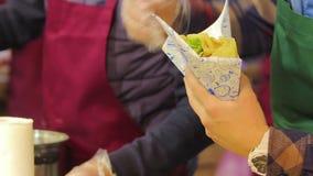 摊贩烹调和服务的快餐户外,准备膳食的厨师 股票录像