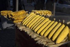 摊贩` s可口烤玉米在伊斯坦布尔 火鸡 免版税库存照片