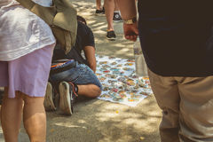 摊贩为访问加泰罗尼亚语的游人提供纪念品 库存照片