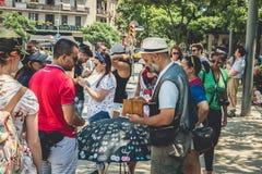 摊贩为访问加泰罗尼亚语的游人提供纪念品 免版税库存图片