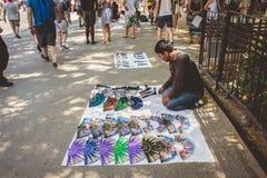 摊贩为访问加泰罗尼亚语的游人提供纪念品 免版税库存照片