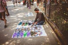摊贩为访问加泰罗尼亚语的游人提供纪念品 库存图片
