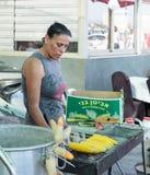 摊贩出售煮沸了玉米 库存图片