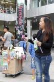 摊贩出售肥皂泡玩具 免版税图库摄影