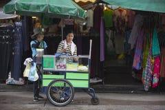 摊贩在曼谷Khao圣路地区  免版税库存照片