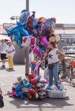 摊贩在Yafo,以色列卖在江边的气球 免版税库存照片