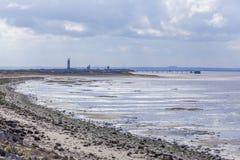摒弃与灯塔的点海岸线 库存图片