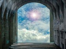 摒弃古老门在寺庙阳光下 免版税库存图片