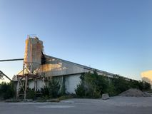 摒弃在皇家的口岸,南卡罗来纳的水泥筒仓 图库摄影