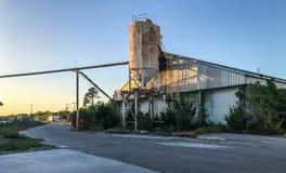 摒弃在皇家的口岸,南卡罗来纳的水泥筒仓 库存照片
