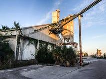 摒弃在皇家的口岸,南卡罗来纳的水泥筒仓 免版税库存照片