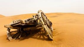 摒弃木推车在沙漠 免版税库存照片