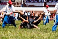 摔跤手土耳其pehlivan在搏斗传统的Kirkpinar的竞争 免版税库存照片