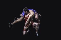 摔跤手执行投掷 免版税库存照片