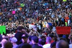 摔跤手罗马王朝通过人群走 免版税库存图片