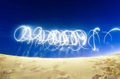摘要从电话手电光在空的追踪在满天星斗的天空 图库摄影