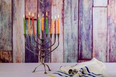 摘要减速火箭与menorah传统defocused光的犹太假日光明节