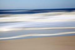 摘要和行动迷离海景蓝色、灰棕色和白色 库存照片