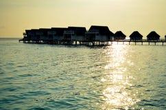 摘要在日落时间的被弄脏的水别墅;阳光bokeh, Mal 免版税库存图片