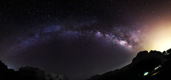 摘要安排背景计算机星座宇宙被创建的星系乳状晚上photocomposite位置实际天空星形星形方式 库存图片