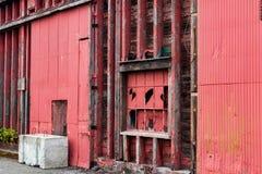 摘要老红色仓库大厦墙壁 免版税库存图片