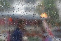 摘要被弄脏的交通在下雨天中 免版税库存照片
