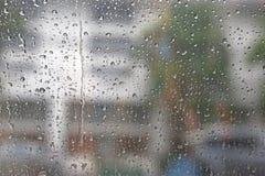 摘要被弄脏的交通在下雨天中 库存图片