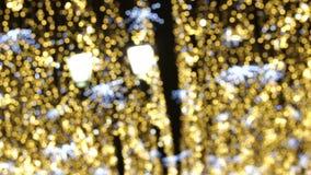 摘要被弄脏的圣诞灯Bokeh背景 眨眼睛圣诞树点燃瞬息 男孩节假日位置雪冬天 影视素材