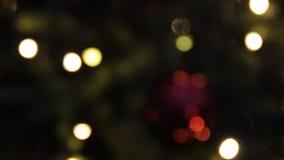 摘要被弄脏的圣诞灯Bokeh背景 眨眼睛圣诞树点燃瞬息 男孩节假日位置雪冬天 股票录像