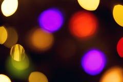 摘要被弄脏蓝色和银色闪烁的亮光电灯泡光背景:圣诞节墙纸装饰概念迷离  免版税库存照片