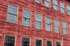摘要被放弃的老红色仓库大厦 免版税库存照片