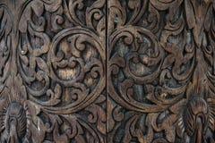 摘要被雕刻的黑褐色木头背景 库存照片