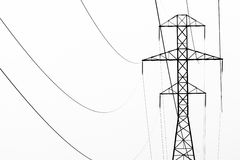 摘要黑白雾和输电线 免版税库存图片