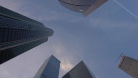摩天大楼与自转框架运动的底视图从冠上的底部和  股票视频
